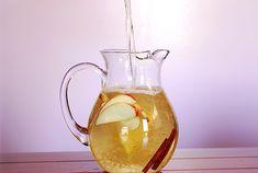 Interpretation of Padma Lakshmi's Fairy Water recipe. This one has green tea, apple slices and cinnamon Refreshing Drinks, Fun Drinks, Yummy Drinks, Healthy Drinks, Beverages, Healthy Food, Kombucha, Chocolate Slim, Water Recipes