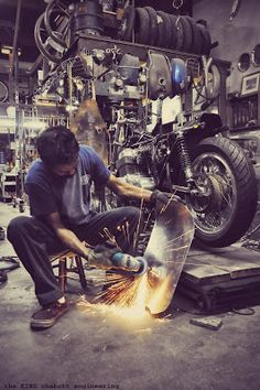 Ideas For Vintage Motorcycle Shop Man Cave Motorcycle Workshop, Motorcycle Mechanic, Motorcycle Garage, Bike Photography, Industrial Photography, Man Cave Garage, Garage Art, Diy Garage, Garage Ideas