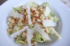 Caesar`s Salad, ein Klassiker, mit Ei, Sardellen und Parmesan. Und hier ist das Rezept http://wolkenfeeskuechenwerkstatt.blogspot.de/2011/06/caesars-salad.html
