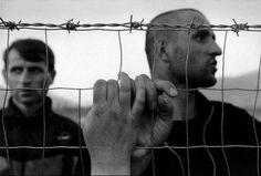James Nachtwey - Albania, 1999 - Kosovar deportees meeting in a refugee camp. James Nachtwey, War Photography, Amazing Photography, Street Photography, Marc Riboud, Dartmouth College, Emotion, French Photographers, Magnum Photos
