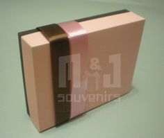 Caja para dulces Materiales : Cartulina , acetato , cinta Aplique: cinta