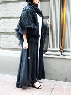 aeaf14258c894 Wardah Mushtaq Long black abaya and lace details hijab blogger