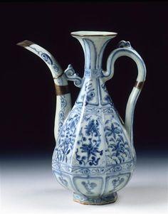 Aiguière vers 1340 (C) Musée Guimet, Paris, Dist. RMN-Grand Palais / Jean-Yves et Nicolas Dubois dynastie Yuan (1279-1368) porcelaine dure Chine