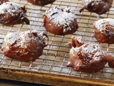 BUÑUELOS de manzana Chff. Anna Olson. Prog. El gourmet. http://elgourmet.com/receta/bunuelos-de-manzana-2
