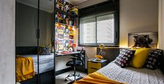 Neste quarto, as paredes foram revestidas com papel de parede inspirado em HQs, além de ter objetos de decoração de outros desenhos infantis, como Meu Malvado Favorito e Kung Fu Panda. Projeto Ricardo Lopez.