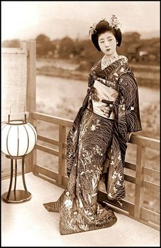 Geisha expert Liza Dalby's Okaasan (Okiya mother) as a maiko, photographed on a veranda over the Kamo River, around Kimono Geisha, Art Geisha, Geisha Kunst, Japanese Beauty, Asian Beauty, Japanese Iris, Style Du Japon, Samurai, Carpe Koi