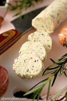 Compound Butter Rosemary Compound Butter - A simple way to add new delicious flavor to any dish! - A Family FeastRosemary Compound Butter - A simple way to add new delicious flavor to any dish! - A Family Feast Flavored Butter, Homemade Butter, Butter Recipe, Rosemary Recipes, Compound Butter, Herb Butter, Snacks, Butter Spread, The Best