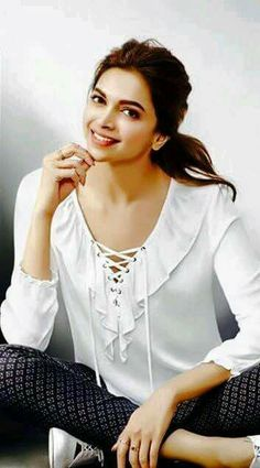 Deepika Padukone is one of the most popular Indian actresses. Indian Celebrities, Bollywood Celebrities, Bollywood Actress, Bollywood Stars, Bollywood Fashion, Indian Film Actress, Indian Actresses, Dipika Padukone, White Flowy Top