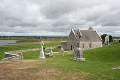Clonmacnoise: is a monastic site overlooking the River Shannon in County Offaly, Ireland.