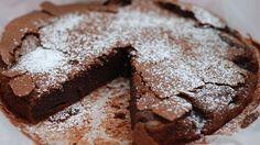 Fürs Backen braucht man in der Regel viele Zutaten und überhaupt ist Kuchen in der Zubereitung ganz schön aufwändig? Dieses Rezept für Schokokuchen beweist das Gegenteil. Mit nur 3 Zutaten könnt ihr eine süße Leckerei zaubern, die jede Sünde wert ist. So einfach geht's.