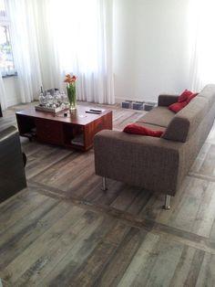 Keramische houttegels Vives Faro Ceniza en Tierra uitermate strak gelegd en niet meer van echt hout te onderscheiden.