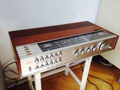 In Frankrijk gescoord deze tuner/versterker van Philips, type 22AH 790. Van plm 1969 met de voor toen legendarische tiptoetsen voor de zendervoorkeuze. Geweldig geluid ook uiteraard 2x 30 watt met DIN-aansluitingen voor tape en phono en voor een hoofdtelefoon. 4 DIN speakeraansluitingen: 1 paar 4 Ohm en 1 paar 8 Ohm, apart inschakelbaar (niet samen) op achterzijde. Radio Antigua, Hifi Audio, Audio Equipment, Audio System, Paintings, History, Design, Gadgets, Hipster Stuff