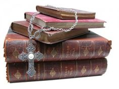 Old Books make a great display for jewelry @Ky Van Der Hoeff Legacy