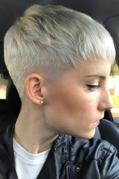 Low Fade For Short Pixie Cut A fade haircut typically sported by men is now very popular among women as well. Who could think that women would gladly give up the length of their tresses for the sake of fashion? The trendiest cuts can be found here. Super Short Hair, Short Thin Hair, Short Hair Cuts, Very Short Pixie Cuts, Short Men, Long Pixie, Straight Hair, Short Pixie Haircuts, Pixie Hairstyles