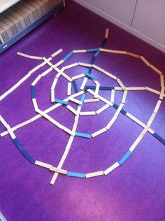 Het spinnenweb gemaakt met Kapla