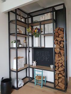 Wandkasten Bent u op zoek naar een perfecte stalen wandkast op maat, die precies voldoet aan uw wensen? Of het nu gaat om een inloopkast of een kledingkast, taatsdeuren in staal of glas… bij Steelwork bent u in goede handen. Natuurlijk willen wij optimaal tegemoet kome... Metal Furniture, Diy Furniture, Style At Home, Happy New Home, Casas Containers, Muebles Living, Small Room Bedroom, Living Room Inspiration, Home Staging