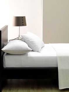 Cotton flat sheets with 250 thread count. Available in three colours: Ivory White Linen
