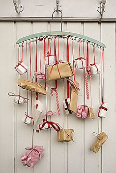 Tiny Packages - Wrap presents in small packages and hang them from a hanger.  {Have you done the calendar to the children, the spouse? Actually read about someone who made ​​one for her husband with 24 different kinds of beer.}  - 25 DIY Advent Calendars