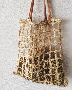 Raffia combined with leather # raffia # knitting . Crochet Market Bag, Crochet Tote, Crochet Purses, Love Crochet, Knit Crochet, Net Bag, String Bag, Tote Pattern, Summer Bags