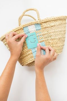 Learn how I transformed a plain straw bag into summers hottest accessory! This DIY hand painted monogram straw bag looks just link the designer version! Diy Handbag, Diy Purse, Diy Monogram, Painted Monogram, Hand Painted, Straw Tote, Straw Beach Bags, Diy Straw, Monogram Painting