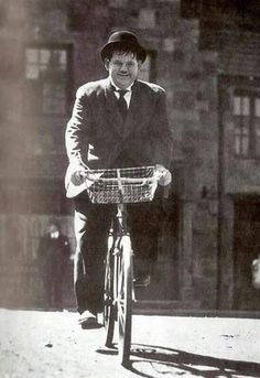 classic movies stars on bike Old Hollywood Movies, Hollywood Actor, Hollywood Stars, Classic Hollywood, Laurel And Hardy, Stan Laurel Oliver Hardy, Classic Comedies, Classic Movies, Photo Velo