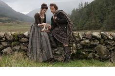 OUTLANDER season 4 is almost here with the show's stars Caitriona Balfe and Sam Heughan returning as Claire and Jamie Fraser. But where is the new series filmed? Outlander Tv Series, Outlander Season 1, Outlander Casting, Starz Series, Outlander Premiere, Outlander Trailer, Book Series, Gabaldon Outlander, Viajes