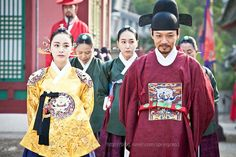 """Kim Tae Hee (in Gorgeous modern yellow Queen #Hanbok) and her """"brother"""" ♥ Live in Love, Jang Ok-jeong (장옥정) #KDrama about a famous Korean Queen / Concubine 2013 #CostumeDrama"""