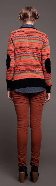 Sweater cuello redondo jackard con pitucones en mohair. Pantalón  de gabardina.