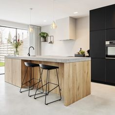 """For a small kitchen """"spacious"""" it is above all a kitchen layout I or U kitchen layout according to the configuration of the space. Kitchen On A Budget, Kitchen Dining, Kitchen Decor, Kitchen Tips, Kitchen Island, Kitchen Cabinet Colors, Kitchen Colors, Classic Kitchen, Stylish Kitchen"""