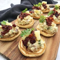 Blinis med hønsesalat Blinis with chicken salad - so good for starters or tapas Quick Recipes, Healthy Recipes, Tapas Recipes, Party Finger Foods, Yummy Eats, Clean Eating Snacks, Food Print, Easy Meals, Good Food
