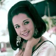 Providing information on bollywood actress Mumtaz along with Mumtaz pictures, biography, filmography, movies, wallpapers and picture gallery. Bollywood Oops, Bollywood Cinema, Vintage Bollywood, Bollywood Stars, Bollywood Actress, Indian Bollywood, Hindi Actress, Indian Celebrities, Hollywood Celebrities
