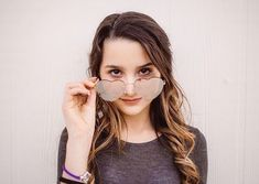 Annie is so rocking those shades.
