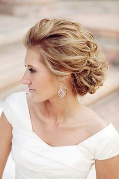 coiffure mariage cheveux mi-courts bouclés: chignon flou