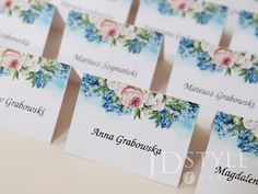 Karteczki z imionami i nazwiskami gości na wesele lub inne przyjęcie z motywem hortensji i piwonii.