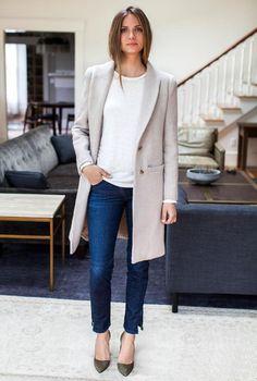 Conjunto abrigo gris, camiseta blanca, tejanos azules y tacones verde caqui