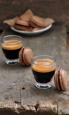 Espresso with chocolate macaroons yummy Coffee Cafe, My Coffee, Coffee Drinks, Coffee Shop, Coffee Lovers, Black Coffee, Coffee Break, Morning Coffee, Café Chocolate