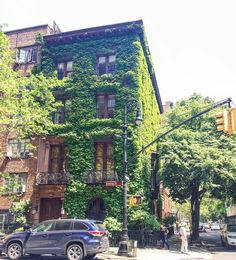 Everyday I find my new dream house so I guess I'm not that difficult to please  ---------------------------- #newyork#gramercy#gramercypark#irvingplaza#green#house#vert#maison#lierre#ivy#verdure#architecture#nycarchitecture#dreamhouse#nyc#nycblogger#travel#voyage#travelblog#blogvoyage#francaisauxusa#etatsunis#expatlife#dimanche#sunday#street#rue#neverstopexploring#thelazyfrenchie#blogueuse | Photo de @the_lazy_frenchie