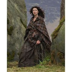 """OUTLANDER Earasaid (or Arisaid - a woman's plaid, since women didn't wear kilts. Smaller than a kilt plaid, and wrapped over a full dress or under dress. Came into fashin around the same time as the man's """"great kilt"""", around the end of the century) Scottish Women, Scottish Fashion, Arisaid, Great Kilt, Outlander Costumes, Outlander Clothing, John Bell, Hooded Cloak, Outlander Tv Series"""