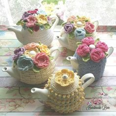Intro: How to Knit a 'proper' English Tea Cosy!Americans don't know what a tea cosy is! Crochet Kitchen, Crochet Home, Crochet Crafts, Yarn Crafts, Crochet Projects, Hand Crochet, Crochet Granny, Tea Cosy Pattern, Tea Cosy Knitting Pattern