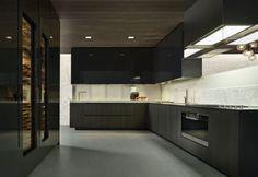Un'altra versione della cucina Phoenix di Varenna Poliform. Sulla destra, cantinetta per i vini inserita nelle colonne a moduli