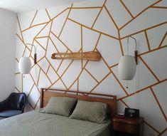 Con pintura en dos colores diferentes y un poco de cinta de pintor ( bueno… algo más que un poco ) podemos crear una estupenda pared llena de motivos geom