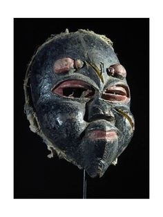 Ces masques sont très particuliers et assez peu courants. Le visage est souvent déformé, couvert de cicatrices, les expressions sont grimaçantes, douloureuses. Les couleurs sont généralement noires, blanches ou rouges. Ils sont utilisés par le sorcier du village pour aider à guérir une personne atteinte de maladie. Bois très léger, polychrome.