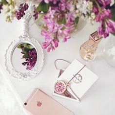 🌸 #mimoneda #rosegold #rosegoldiphone #rosegoldplated #rosegoldlove #whitelove #vintage #lilac #beautiful #gardenflowers #springishere #guessdare #pink #jewelry #silver #necklace #handmirror #WallOfFans