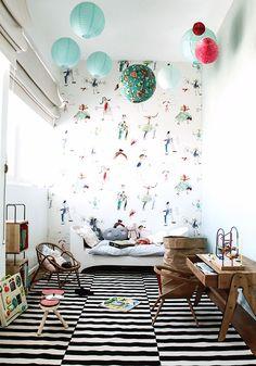bois-dans-une-chambre-enfant-style-colore-ciel-lanterners-pupitre-ecolier-vintage-tapis-motifs-geometriques-noir-blanc