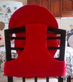 Navidad está llegando y con ella las decoraciones, como esta funda para silla de osito. Decora tus sillas de forma original, tu mesa lucirá festiva y a los invitados ¡les encantará! Cómo realizar moldes básicos de fundas o forros para sillas: Mide la altura de la silla, el ancho en la parte trasera y el … Christmas Sewing, Christmas Projects, Christmas Holidays, Christmas Centerpieces, Christmas Decorations, Holiday Decor, Christmas Chair Covers, Angel Crafts, Beaded Christmas Ornaments