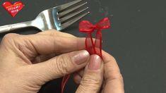 In diesem Bastelclip zeigt Karin Jittenmeier wie einfach ihr mit Hilfe einer Gabel und schmalem Schleifenband eine Minischleife anfertigen könnt. Wir wünsche...