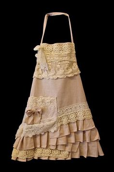 So pretty - Handmade Apron (short) by A Country Lane, via Arlene Parker Couture Lin, Rose Moustache, Modelos Fashion, Look Retro, Cute Aprons, Aprons Vintage, Shabby Vintage, Vintage Lace, Shabby Chic