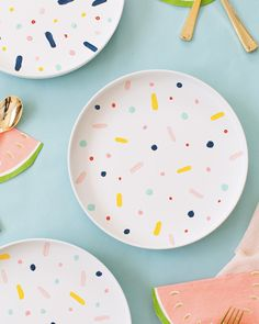 The perfect rainy afternoon craft project, DIY confett pattern placemats and chargers - sugar and cloth Sometimes simpler is just better, and these DIY confetti pattern placemats are about as easy as it gets and the perfect rainy afternoon project. Pottery Painting Designs, Pottery Designs, Paint Designs, Ceramic Painting, Ceramic Art, Ceramic Bowls, Porcelain Painting Ideas, Diy Confetti, Paint Your Own Pottery