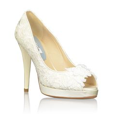 The Ingrid wedding shoes by Oscar de la Renta are a classic style pump entirely covered with luxurious lace,