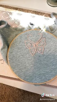 Diy Embroidery Shirt, Diy Embroidery Patterns, Hand Embroidery Videos, Embroidery On Clothes, Butterfly Embroidery, Simple Embroidery, Embroidery Techniques, Diy Clothes To Sell, Sewing Tutorials